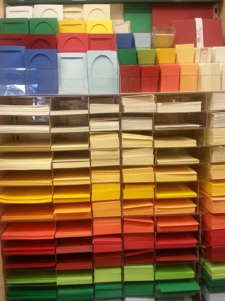 Aufsteller mit Briefpapier, Briefkarten, Kuverts, Passepartoutkarten in verschiedenen Farben - Firma Artoz