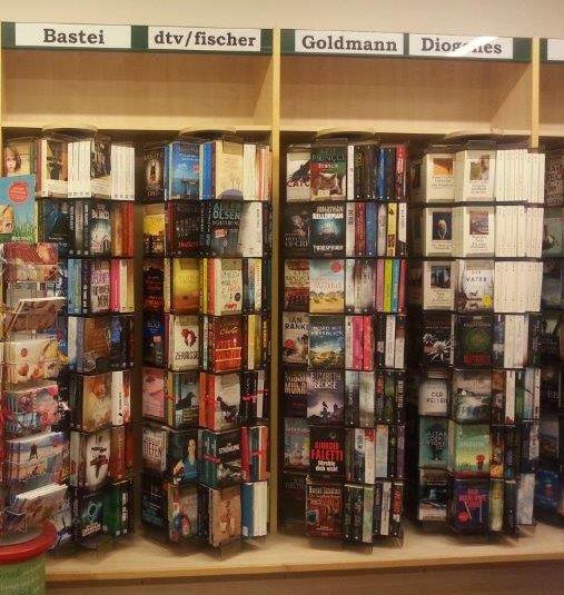 beim Krauth Taschenbuchständer mit Taschenbüchern aus verschiedenen Verlagen