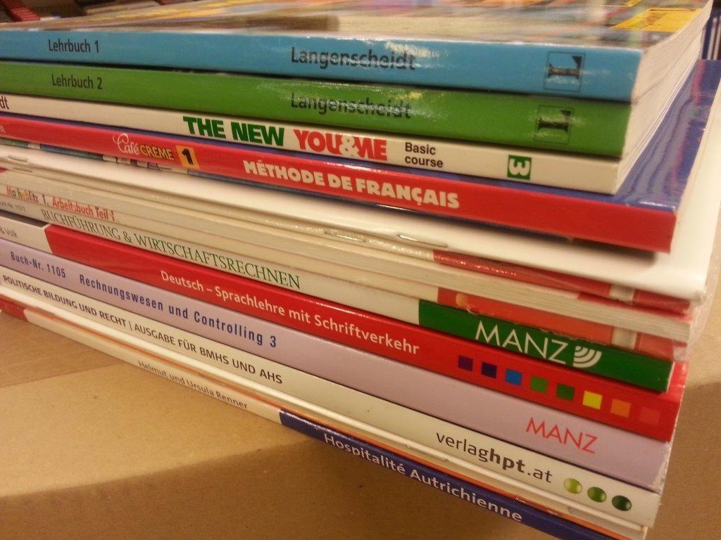 Stapel Schulbücher - geliefert vom ..beim Krauth - traditioneller Schulbuchhändler mit jahrzehntelanger Erfahrung