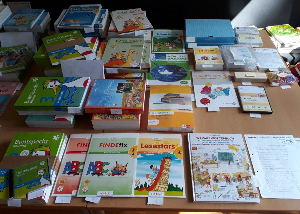 Schulbücher für die 3. Klasse Volksschule stehen bereit.